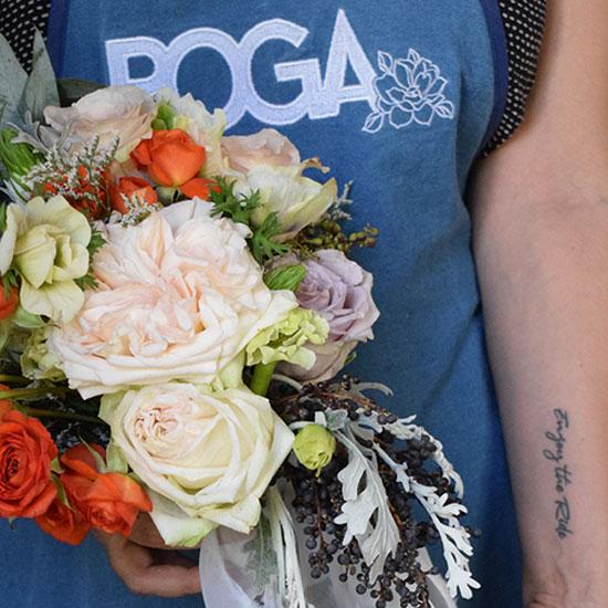 Alumna de POGA cargando ramo de flores