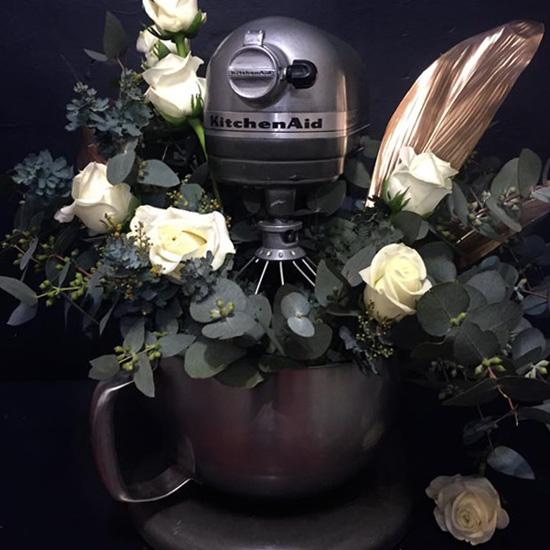 Arreglo floral dentro de una batidora
