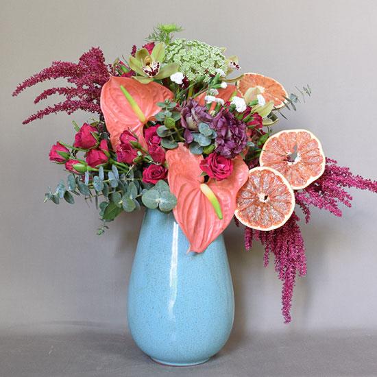 Arreglo floral con fruta en base vertical azul