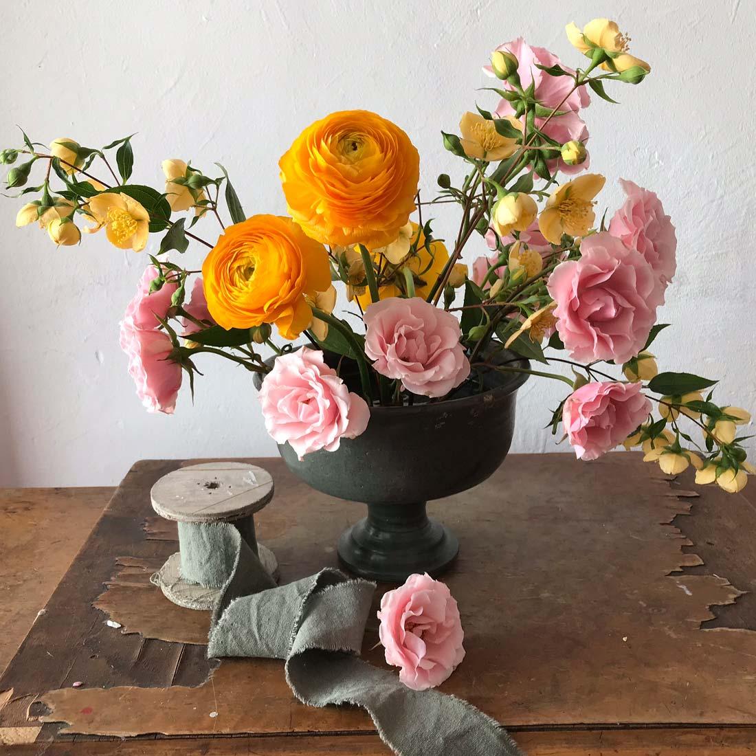 Arreglo floral en base de madera rústica