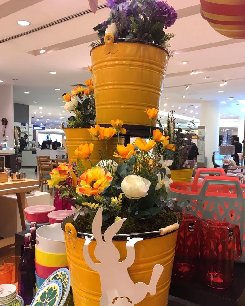Cubetas amarillas con flores artificiales