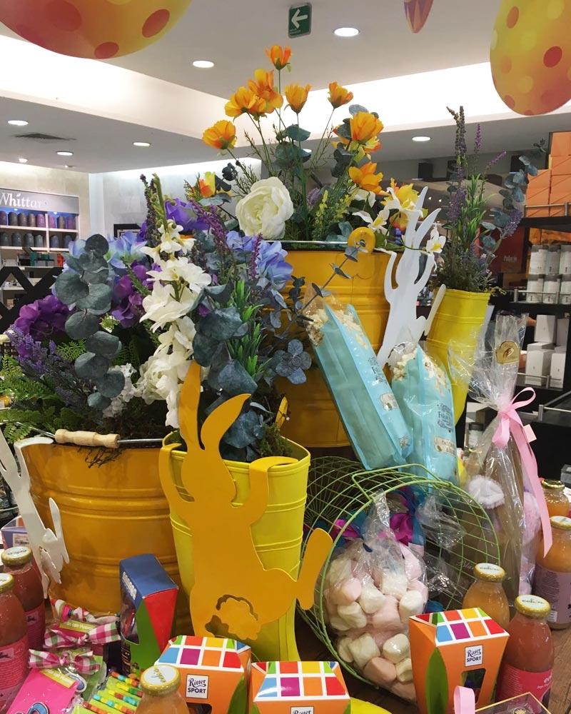 Cubetas con flores artificiales en El Palacio de Hierro