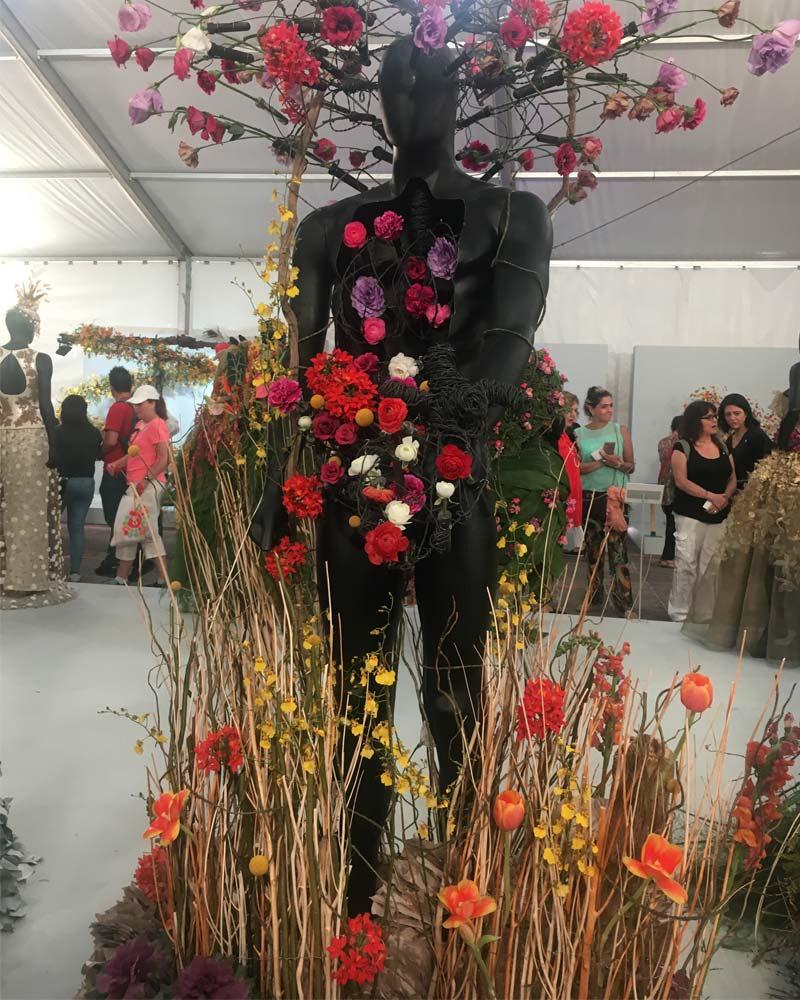 Maniquí completo cubierto en arte floral
