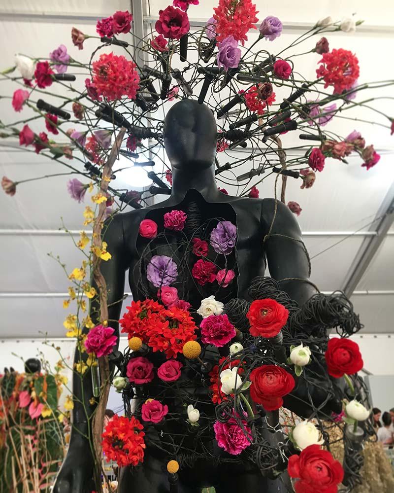 Acercamiento de maniquí cubierto en arte floral
