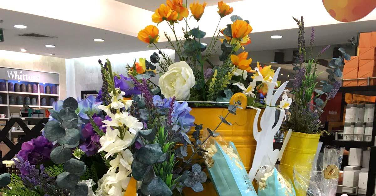 Mesa con flores artificiales para evento de pascua en El Palacio de Hierro
