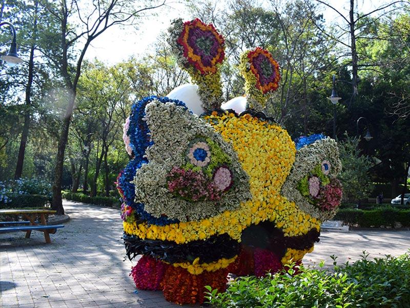 Polencio vestido con flores visto desde atrás