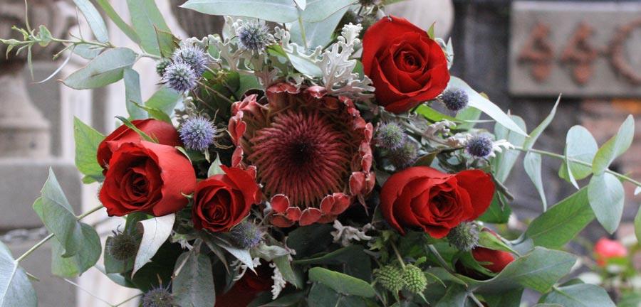Ramo con flores en tonos rojos