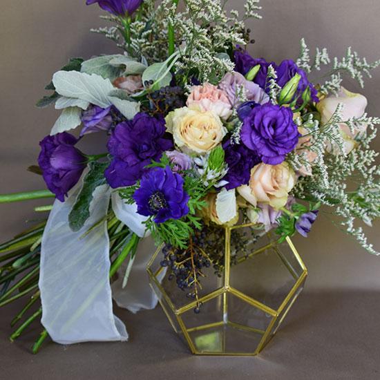 Ramo de flores recargado sobre base de cristal