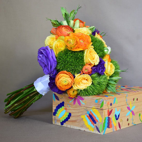 Ramo de flores recargado en caja de madera ilustrada