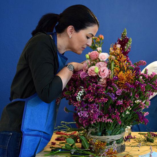 Alumna haciendo un arreglo floral con base orgánica y sin espuma floral
