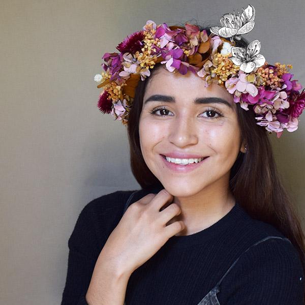 Alumna con corona de flores